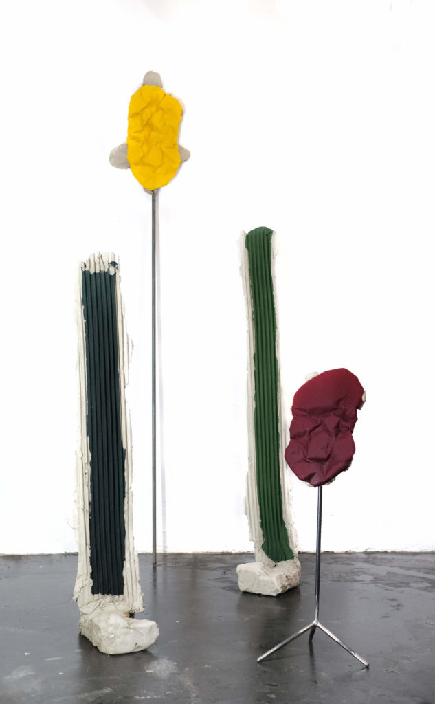 Philipp Eyrich o. T., 2020 Installation mit 5 Skulpturen Stahl, Beton, Stoff