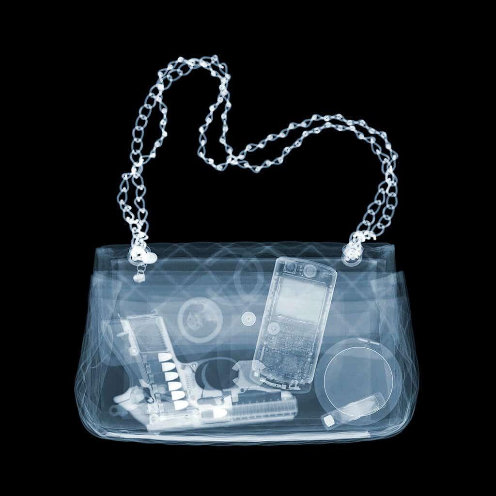 Nick Veasey Chanel Packing Heat, Röntgenfotografie © Nick Veasey