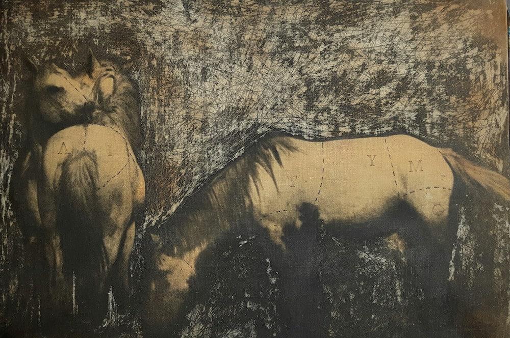 Mihau Pollak, Horses, 2020, Kaffee, Kreide und Stempel auf bedruckter Leinwand und Holzplatte, 29 x 40 cm