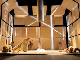 """Staatstheater Nürnberg Schauspiel """"Antigone"""" Von Sophokles Regie: Andreas Kriegenburg Premiere: 10.10.2020 Im Bild (v.li.n.re.): Michael Hochstrasser (Kreon), Lisa Mies (Chor), Adeline Schebesch (hier: auch Kreon), Maximilian Pulst (Chor), Pauline Kästner (Antigone), Anna Klimovitskaya (Chor), Pius Maria Cüppers (Chor), Amadeus Köhli (Wächter), Foto: Konrad Fersterer"""
