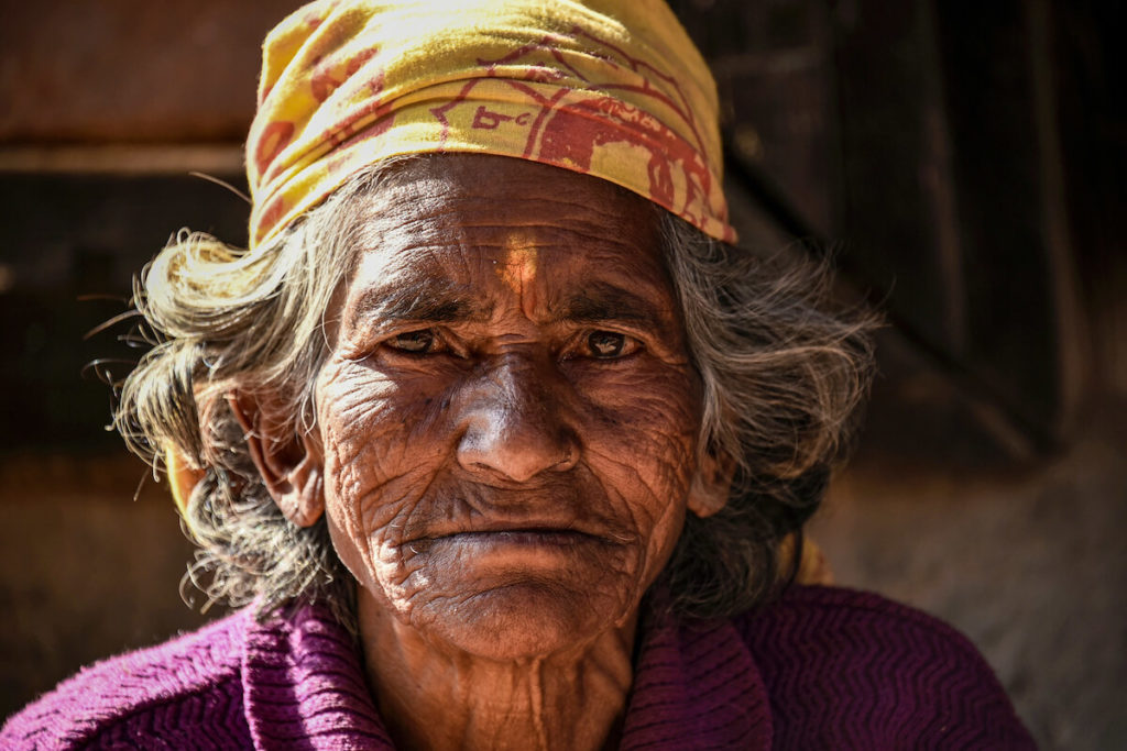 Frau am Tempel, Bhaktapur © Julian Wirth