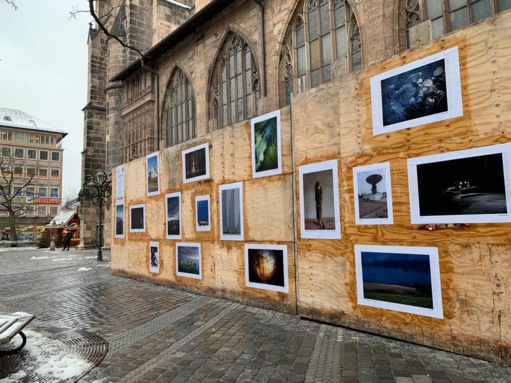 fotoszene nürnberg e.V.*, Open Air 3, südlicher Bauzaun der Lorenzkirche, Nürnberg, Foto: Jutta Missbach