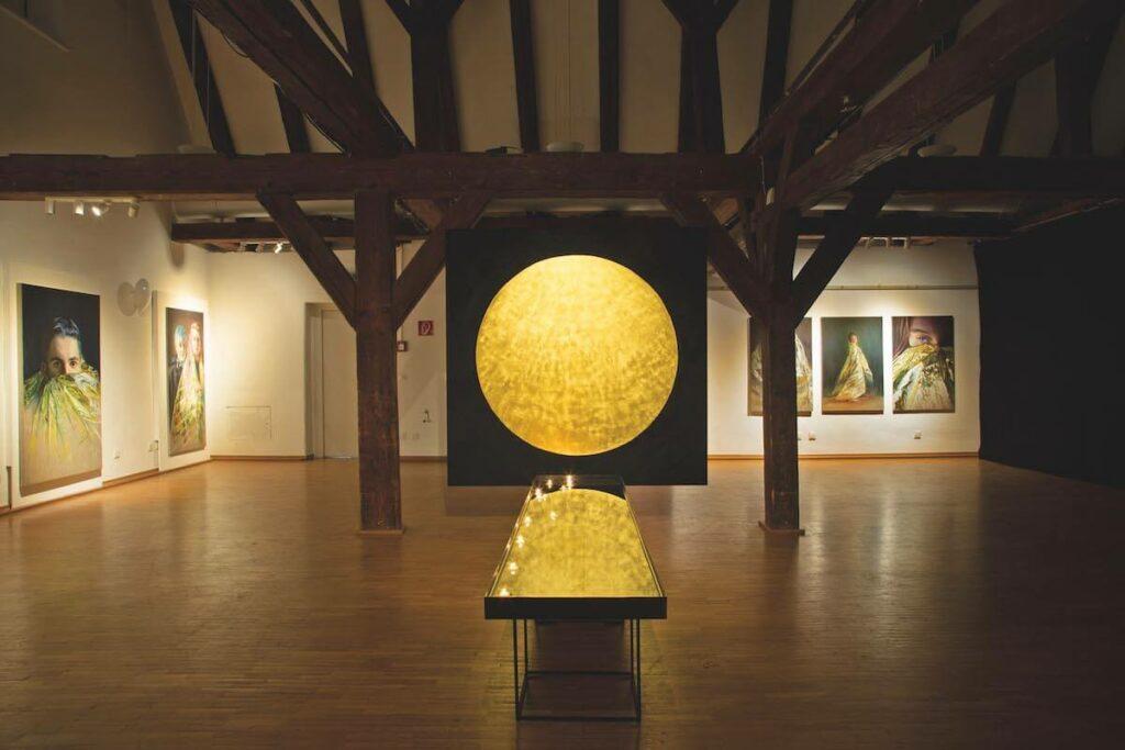"""ortung 11. (2019): Babette Brühl, """"Kinder eines Goldenen Zeitalters"""", Ausstellungsort: Bürgerhaus Schwabach, Foto: Kulturamt Schwabach"""